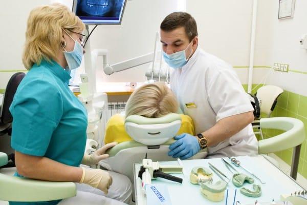 Установка зубного моста проводится стоматологом-ортопедом