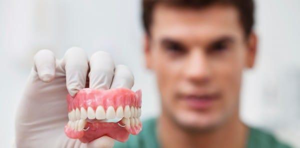 Нейлоновый протез относится к категории гибких, он состоит из пластмассы или пластика
